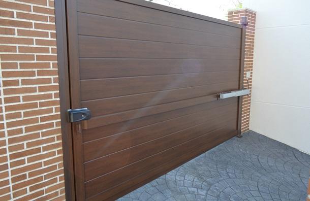 Erreka amplia gama de puertas de aluminio batientes y correderas suministradas en formato kit - Puertas de garaje batientes ...