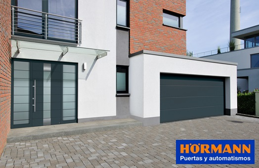 Puertas de entrada y de garaje h rmann armoniza el for Puertas vivienda exterior