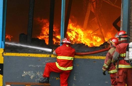 Seguridad contra incendios en la industria de las puertas for Puertas contra incendios